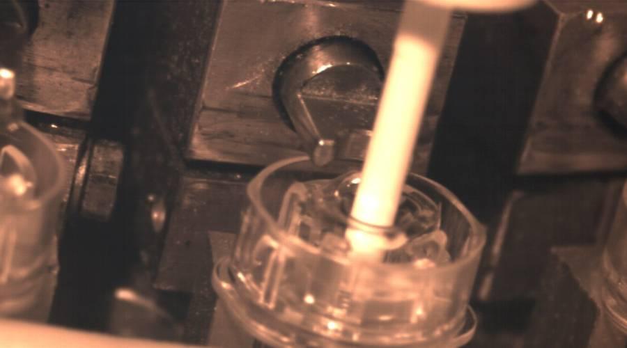 Dans le cadre de production de flacon pharmaceutique, les étapes de productions sont filmées puis analysées.
